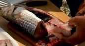 Почистваме рибата, нарязваме я на едри парчета.