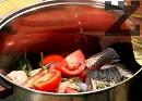 Нарязваме лука и доматите. Прибавяме ги към рибата заедно с клонките девисил, на които сме отстранили дръжките. Добавяме солта и олиото, наливаме около 3 л вода. Варим до готовност на умерен огън, като не похлупваме тенджерата с капак.