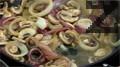 Прибавяме нарязаните на едро печурки и кромид лук, задушаваме за 10 минути и оттегляме от котлона. Поръсваме със сол, пипер, чубрица и нарязан магданоз. Наливаме бяло вино и разбъркваме, оставяме да се изпари виното.