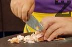 Нарязваме бекона на малки кубчета, поставяме ги в нагорещената тенджера.