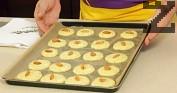 Постиламе дъното на тава с хартия за печене. Поставяме тестото, като го оформяме на малки купчинки. Отгоре набождаме по един бадем. Печем в умерено затоплена фурна на 180 градуса до златисто.