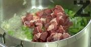 Задушаваме докато месото промени цвета си за около 4-5 минути.