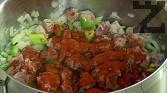 Прибавяме почистените от семето и наситнени люти чушки, поръсваме с червен пипер.