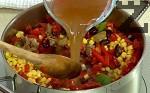 Добавяме наситнените домати, наливаме бульона. Похлупваме тенджерата и оставяме ястието да къкри.