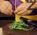 Малко преди да отстраним ястието от огъня, поръсваме с листенца риган.