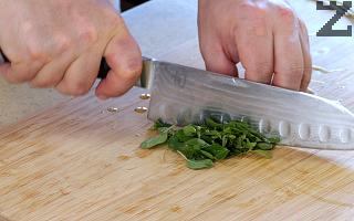 Риганът се нарязва и слага в готовото ястие, вари се минута и поднася.