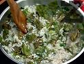 Почистваме и измиваме ориза. Добавяме го към другите съставки. Поръсваме с черен пипер, наливаме кафена чаша вода. Оставяме на огъня докато ориза набъбне.