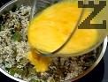 В отделна купа разбиваме яйцата, добавяме ги към вече набъбналия ориз. Поръсваме с червен пипер.