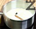 В касарола загряваме сметана, захар, ванилия и канела и когато сместа заври, я оттегляме от котлона и наливаме ликьор. Връщаме сместа на котлона, за да заври още веднъж и оставяме да изстива.