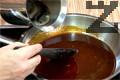 Карамелизираме захарта и добавяме разтвореното кафе. След като течността се редуцира, наливаме ликьор. Варим до желаната гъстота, оставяме да се охлади и гарнираме панакотата.