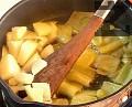 Предварително сваряваме нахута в тенджера под налягане за около 20 мин., като във водата слагаме няколко зрънца черен пипер и дафинов лист. Прецеждаме, като запазваме бульона. Нарязваме чушките на едри парчета и ги запържваме. Добавяме нарязания лук.
