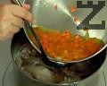 Поливаме с няколко черпака бульон и изсипваме всичко към супата. Варим още 15 мин., в самия край прибавяме наситнения магданоз. Изваждаме пилето и отстраняваме кожата и костите. Връщаме месото обратно в супата.