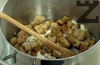 Поръсваме с брашно, поливаме с телешки бульон. Варим 20 мин. на бавен огън. Подправяме с индийско орехче и черен пипер.