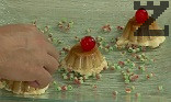 Сервираме, като декорираме с коктейлна черешка и листа мента.