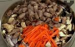 В сгорещена мазнина задушаваме едновременно всички съставки - лук, гъби, моркови, сърчица. Поръсваме с черен пипер, 1 ч.л. сол и соев сос. Похлупваме и оставяме на умерен огън за няколко минути, докато омекнат зеленчуците.