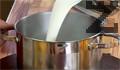 Изсипваме сметаната в съд с топла вода и прибавяме нишесте, предварително разтворено в студена вода.