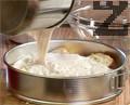Покриваме с 2/3 от крема и печем 30 минути във фурна, загрята на 180 градуса.