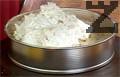 Намазваме изпечената и охладена торта с останалата част от крема.