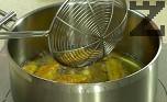 Потапяме в панировката почистената и измита бамя и пържим в сгорещена мазнина за няколко минути.