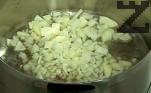 Наситняваме лука и чесъна, запържваме ги до златисто в сгорещена мазнина, която поръсваме със зърна кимион.