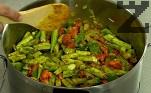 Нарязваме на едри парчета доматите, бамята и картофите. Прибавяме ги към останалите продукти.