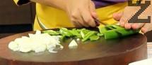 Приготвяме соса. Нарязваме лука и доматите на кубчета, а чушките - на ивици.