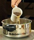 Поливаме с телешки бульон, слагаме и нарязания на кубчета бекон. Разбъркваме, похлупваме и след като тенджерата повиши налягането си, варим 3 мин. и отстраняваме от котлона. Поднасяме ястието горещо. Гарнираме с варени картофи.