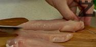 Разрязваме пилешките гърди на две по дължина, а след това на ивици. Поставяме в купа и поръсваме с куркума, ½ ч.л. захар и ½ ч.л. сол. Прибавяме белтъка и 1 с.л. от нишестето. Разбъркваме добре, оставяме да престои за 10 мин.