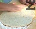 Върху набрашнена повърхност разточваме тестото на дебела кора.