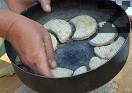 Подреждаме ги в тава и ги печем. Сервираме ги студени.