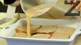 Поливаме получената смес върху сладкиша. Притискаме добре филийките, за да поемат максимално течността.