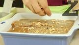 Режем на по-едри парчета бадемите и ги поръсваме най-отгоре. Ако са солени, ги потапяме за кратко в гореща вода, след което ги обелваме с купненска кърпа. Печем на 180 градуса за 20-25 мин. Изчакваме 10 мин., режем и поднасяме.