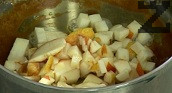 Приготвяме карамела. В тенджера запържваме маслото и захарта до златисто. Почистваме семките на крушата и я нарязваме на ситни кубчета. Прибавяме към карамела за няколко минути.