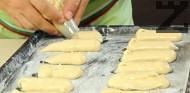 Прехвърляме сместа в шприц /пош/, с който оформяме еклеровите пръчици. Поставяме ги в намаслена тава, покрита с хартия за печене. Печем в предварително затоплена на 190-200 градуса фурна до зачервяване. Изключваме и отваряме леко фурната. Оставяме еклерите да престоят около 10-15 мин.