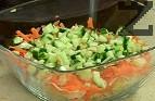 В купа подреждаме нарязаните зеленчуци в следната последователност – салата Айсберг, моркови, краставица, отцедената царевица,