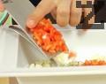 Прибавяме копъра и нарязания на много ситно домат, който предварително сме обелили и сме му отстранили семките. Омесваме всичко до получаване на пастет.