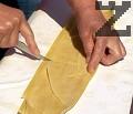 С помощта на остър нож правим прорез по дължината на точилката, след това - през средата.