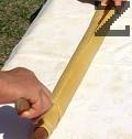 Приготвяме тесто от съставките за листото. Разточваме тънък лист, който завиваме в кърпа и го оставяме да изпръхне върху точилката, на която е навито.