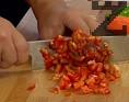 Нарязваме на малки кубчета всички зеленчуци. Наситняваме магданоза и листата целина, прибавяме и тях.