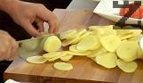 Нарязваме картофите на филийки. Запържваме ги в отделен съд с 4-5 с.л. сгорещена мазнина или ги поставяме да омекнат във вряща вода.