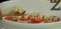 Намазняваме добре дъното на тавичката, в която ще печем и подреждаме половината от останалите колелца домати.