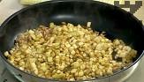 В 4 с.л. зехтин запържваме за 4-5 мин. гъбените пънчета, патладжана и едро нарязаните орехови ядки.