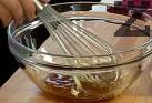 Приготвяме маринатата. В малка купа смесваме всички съставки и разбъркваме с готварска тел.