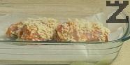 Прехвърляме ги в тава, на дъното на която сме сложили хартия за печене.