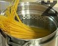 В подсолена вода сваряваме спагетите, така че да са леко твърди в средата. Отцеждаме и оставяме около 50 мл от водата.
