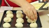 Върху всяко тестено топче поставяме част от кашкавала. Печем в предварително загрята на 200 градуса фурна. По желание поднасяме с шарена сол или самардала.