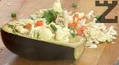 Напълваме патладжаните с приготвената зеленчукова смес, като притискаме добре. Оставяме да престоят около 10 часа. Овързваме с листата от целината, които попарваме ако са много свежи или използваме конец.