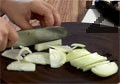 В малко мазнина задушаваме нарязания на полумесеци кромид лук. Наливаме вода.