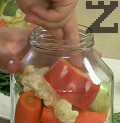Отгоре подреждаме останалите зеленчуци, едро нарязани.