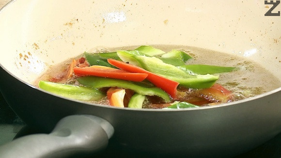 Пиперките се почистват от семето и режат на дълги ивици, а лукът на полумесеци. В същото олио се пържат за минута и изваждат.